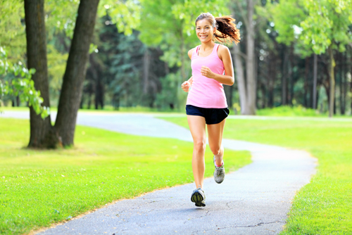 Tập đi bộ chậm hay bơi lội 30 phút mỗi ngày.